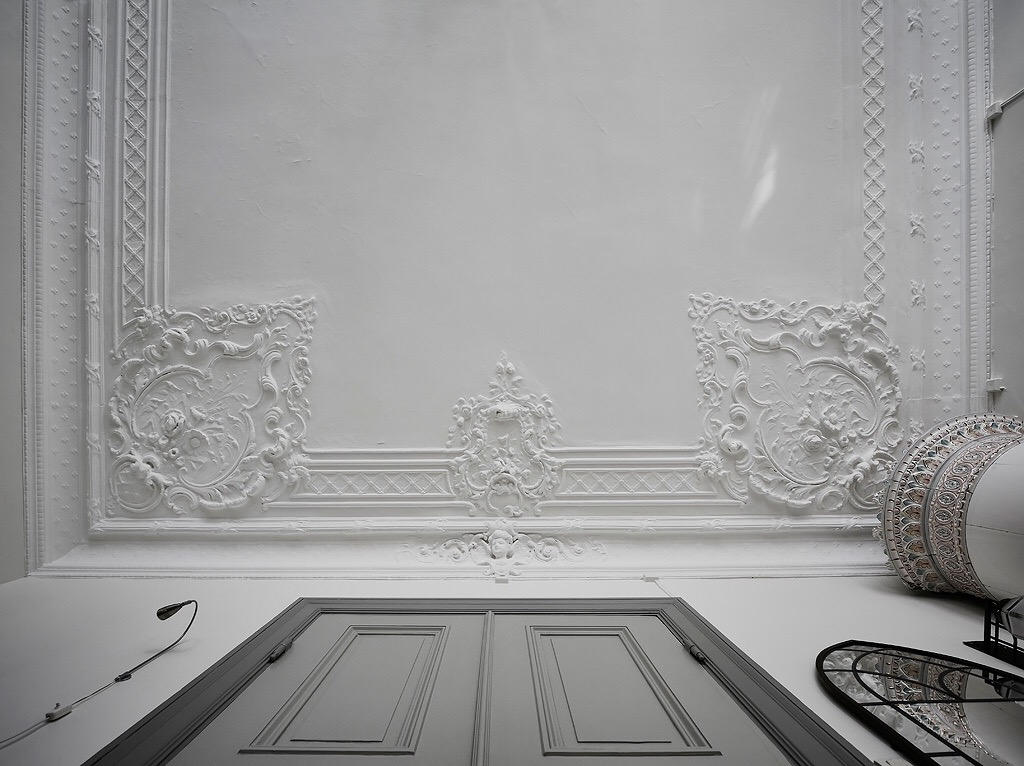 потолок гипсовая лепнина карнизы розетки