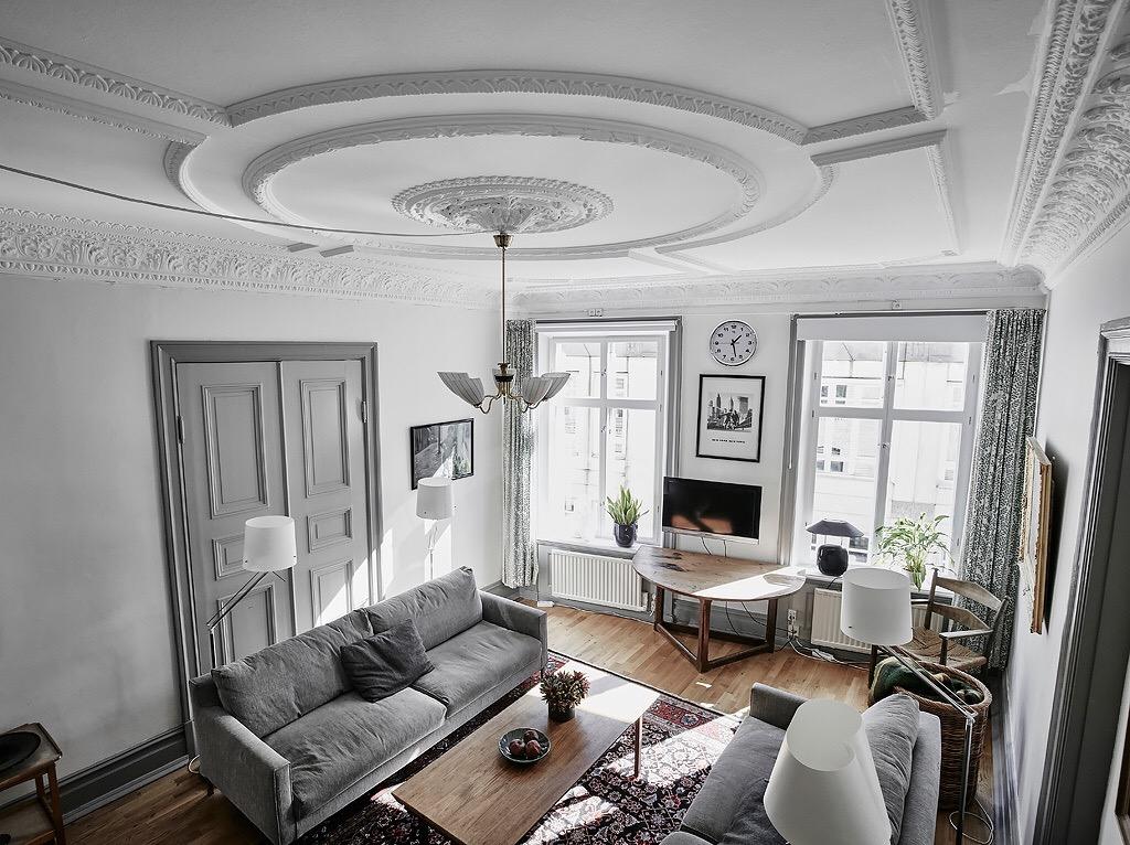 гостиная комната потолок лепнина распашные двери серые диваны торшеры паркет ковер