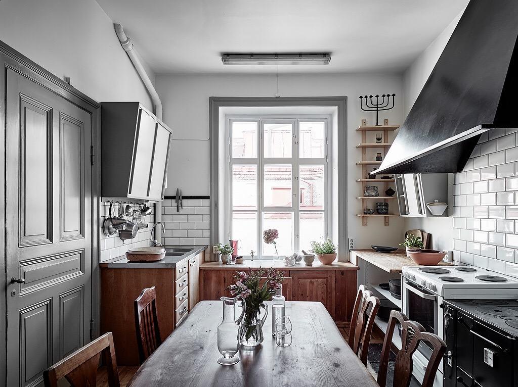 кухня фасады массив плитка кабанчик окно обеденный стол белая плита вытяжка купол