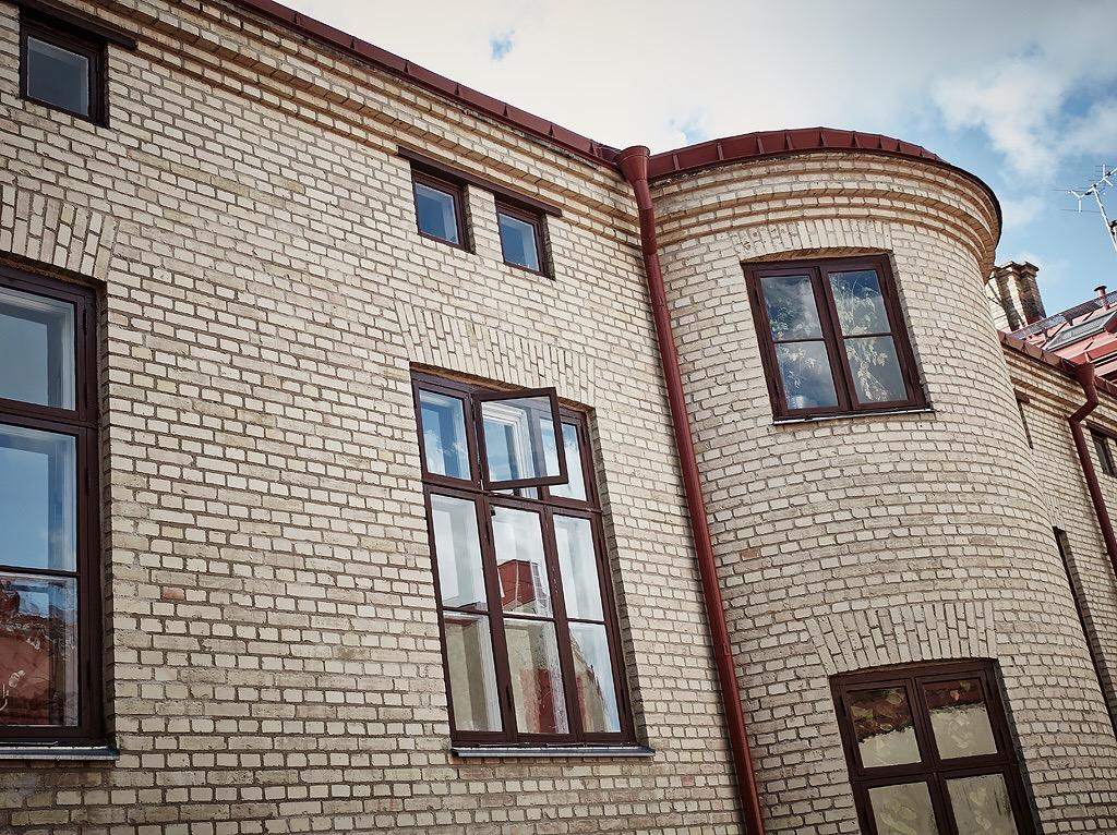кирпичный фасад городского дома остекление