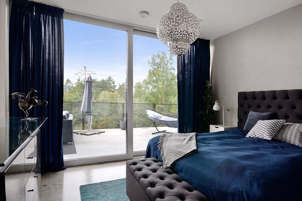 спальня кровать изголовье прикроватная банкетка раздвижные стеклянные двери терраса
