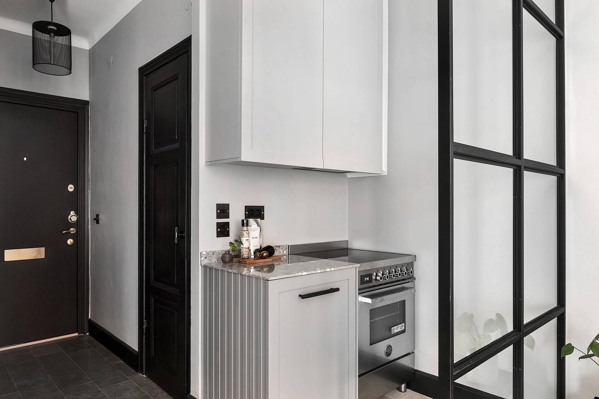 стеклянная перегородка кухонная мебель серые фасады столешница варочная панель духовка встроенная вытяжка