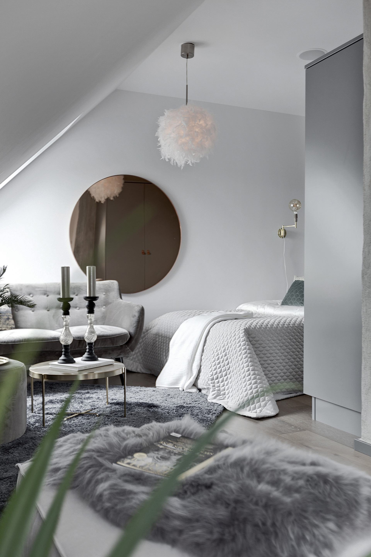 комната серый диван круглое зеркало кровать шкаф