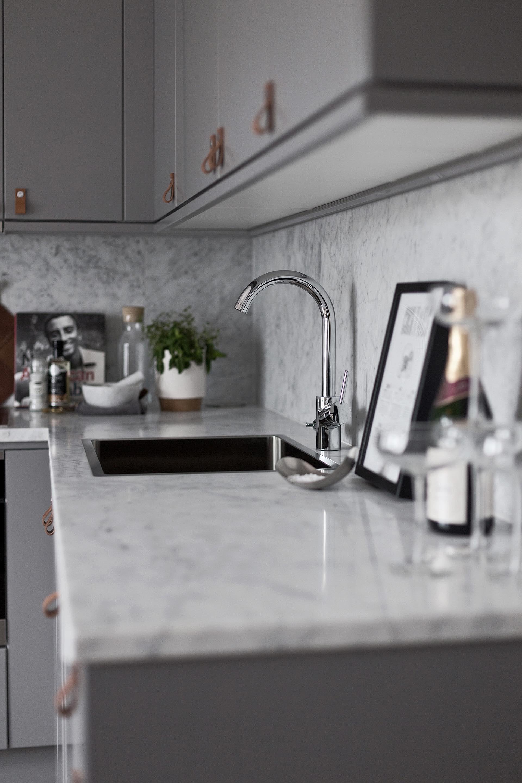кухонная мебель столешница мрамор мойка смеситель