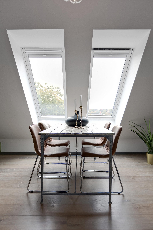 мансарда окно обеденный стол стулья