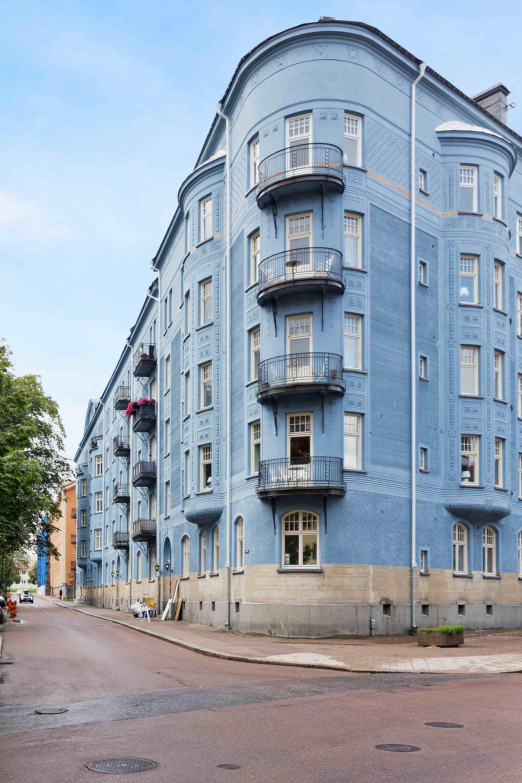 голубой фасад угол дома балконы