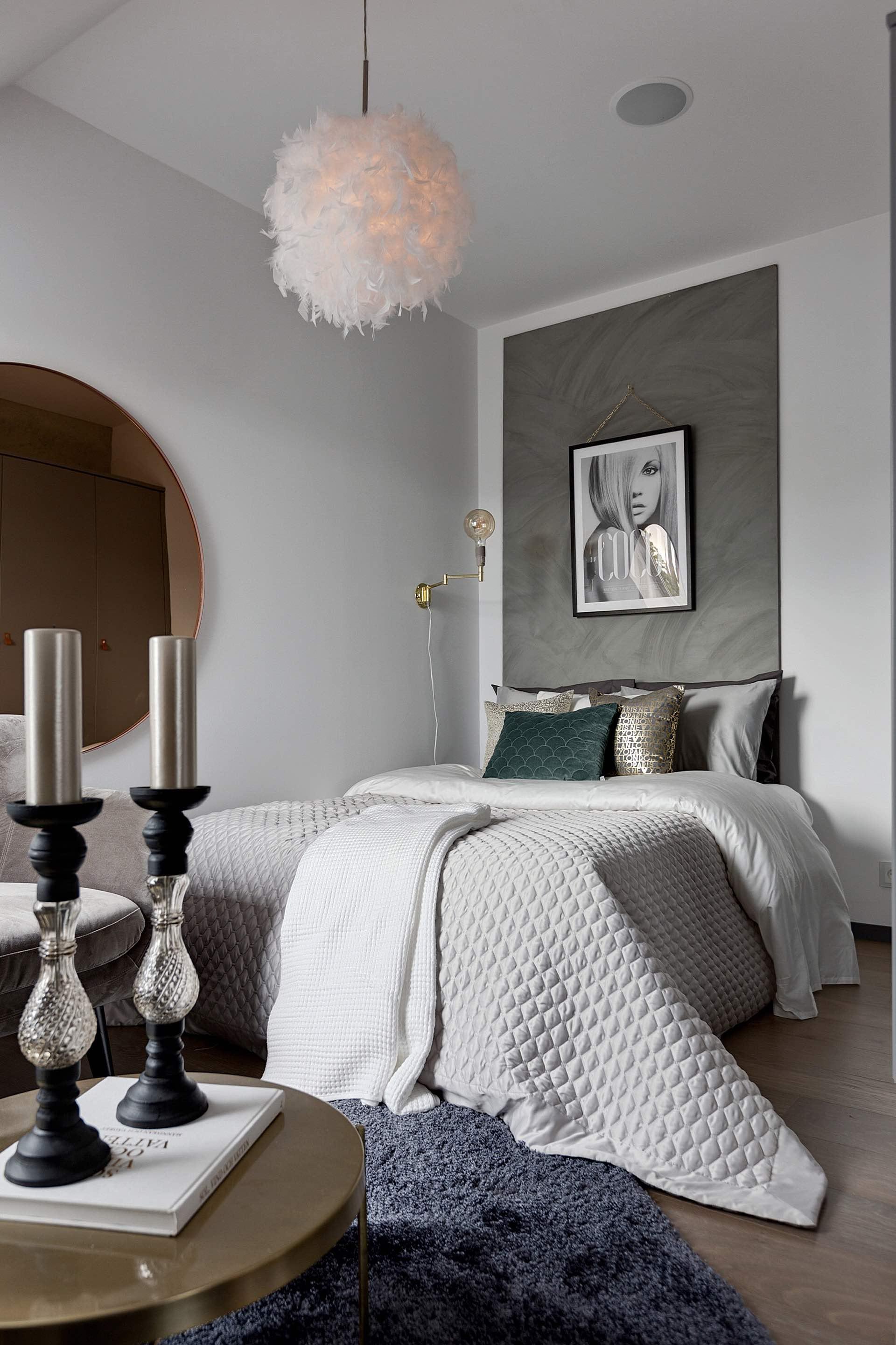 квартира студия спальня кровать подушки текстиль круглое зеркало