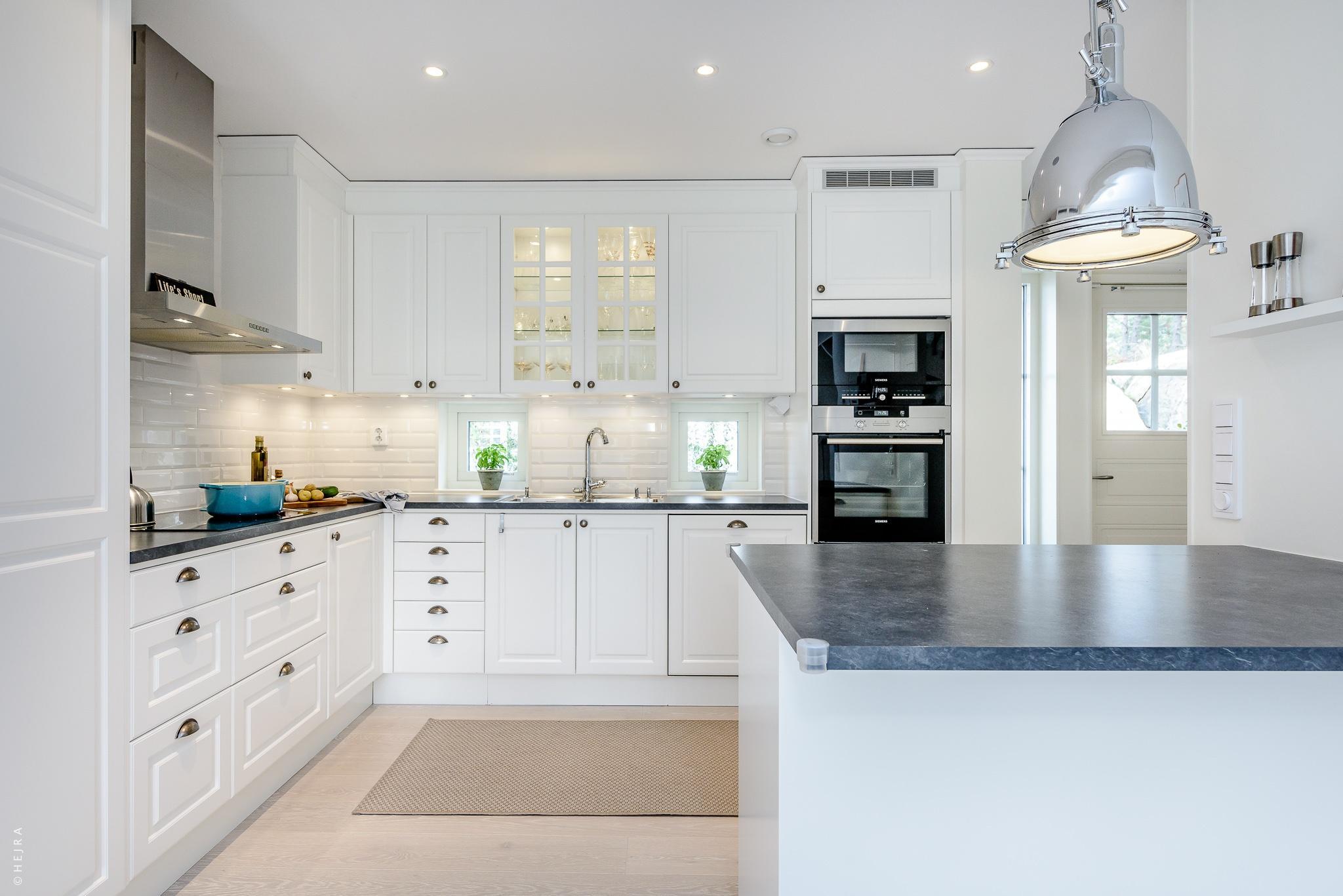кухня белые филёнчатые фасады плитка кабанчик серая столешница