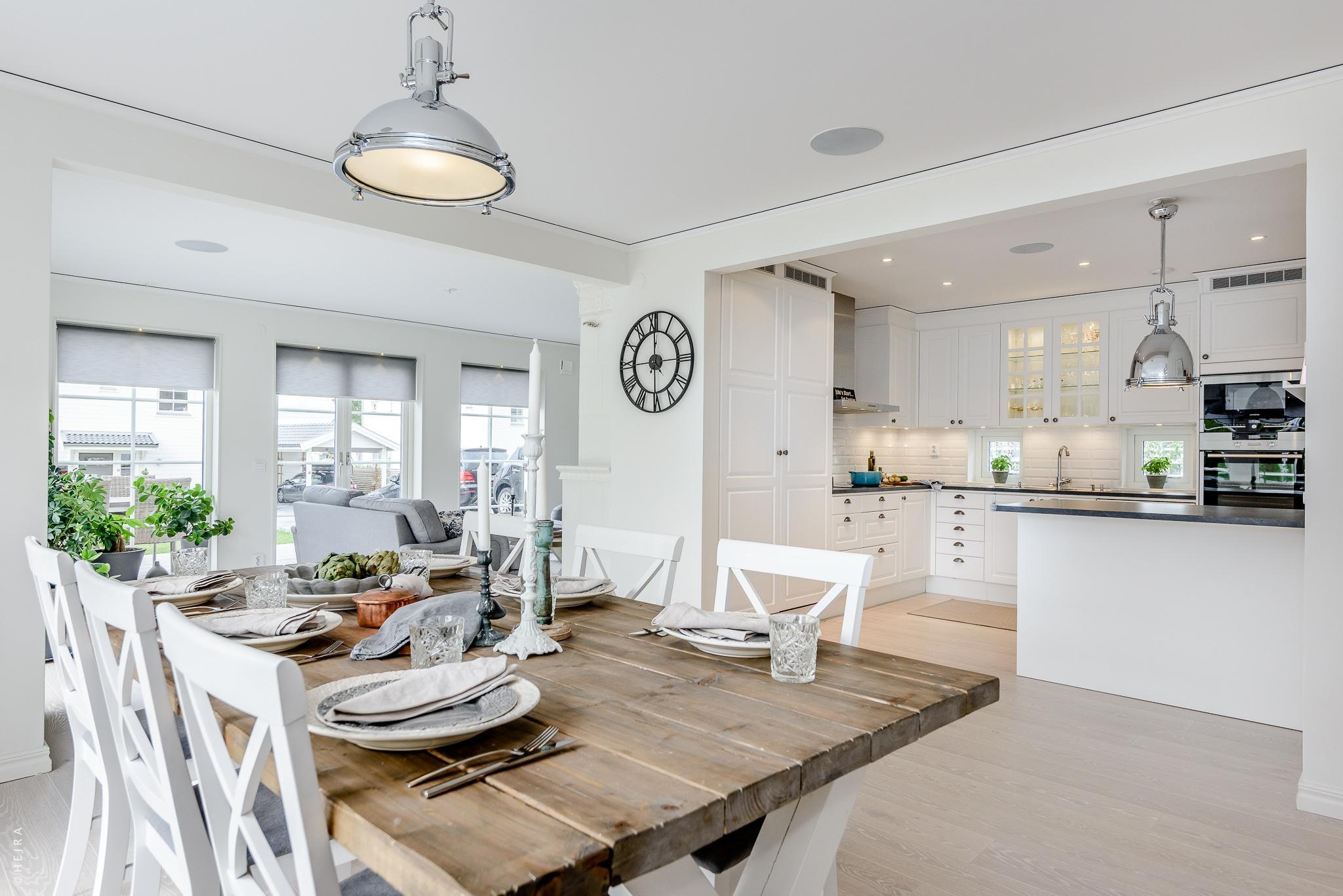кухня деревянный стол белые стулья