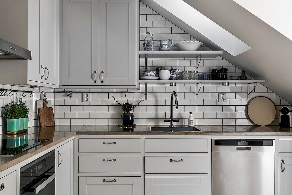 мансарда кухонная мебель серые фасады филёнка столешница мрамор мойка смеситель полки посуда посудомоечная машина
