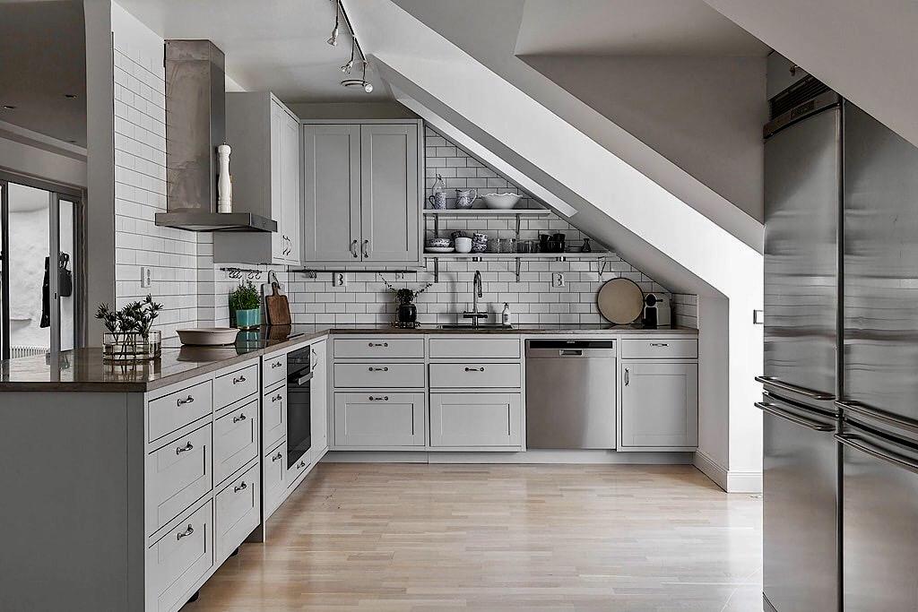 мансарда окно кухня холодильник