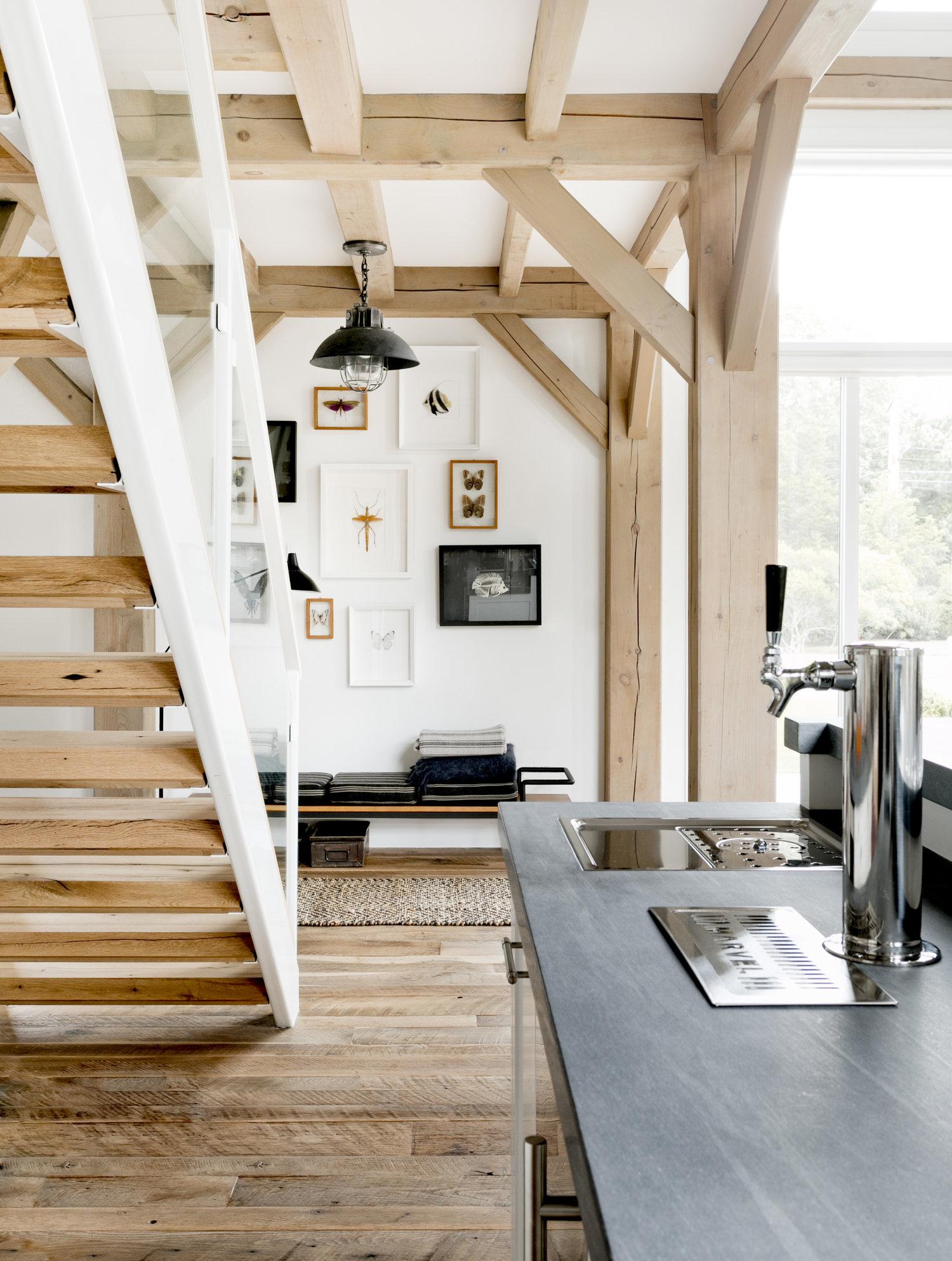 высокий потолок балки лестница бар столешница