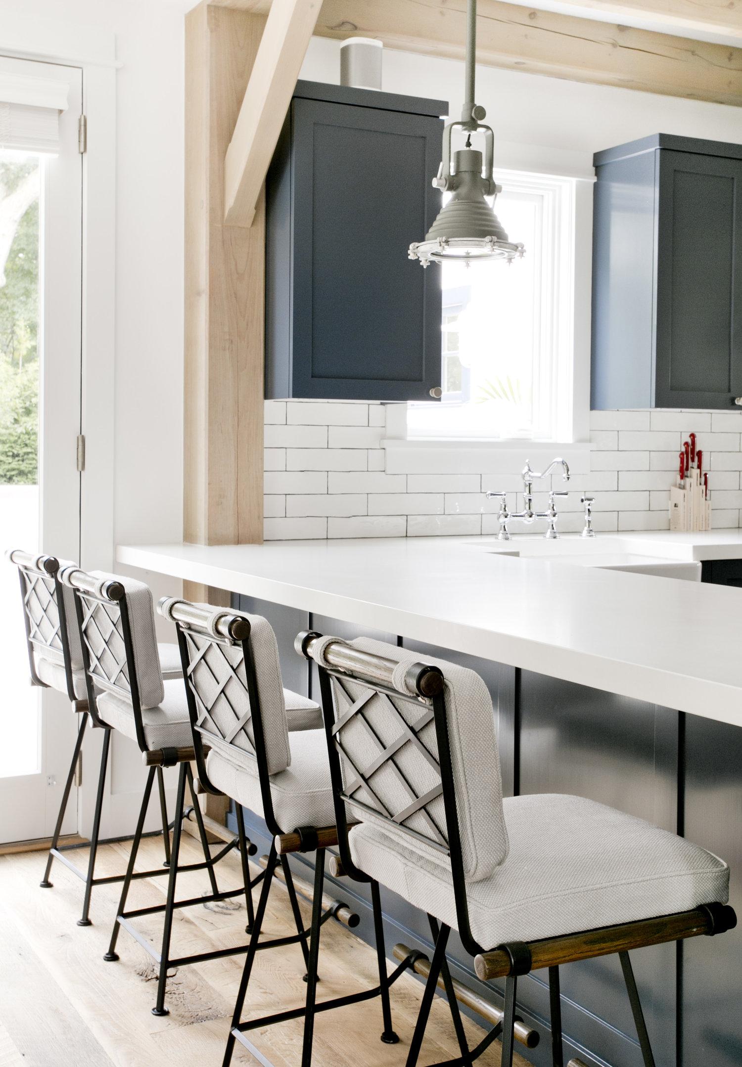 кухня синие кухонные фасады белая столешница барные стулья плитка кабанчик