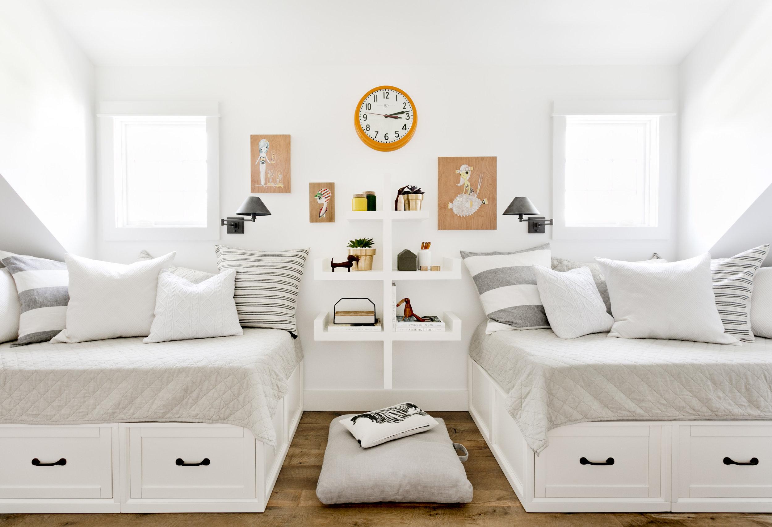 детская комната кровать с ящиками текстиль подушки полки окно мансарда