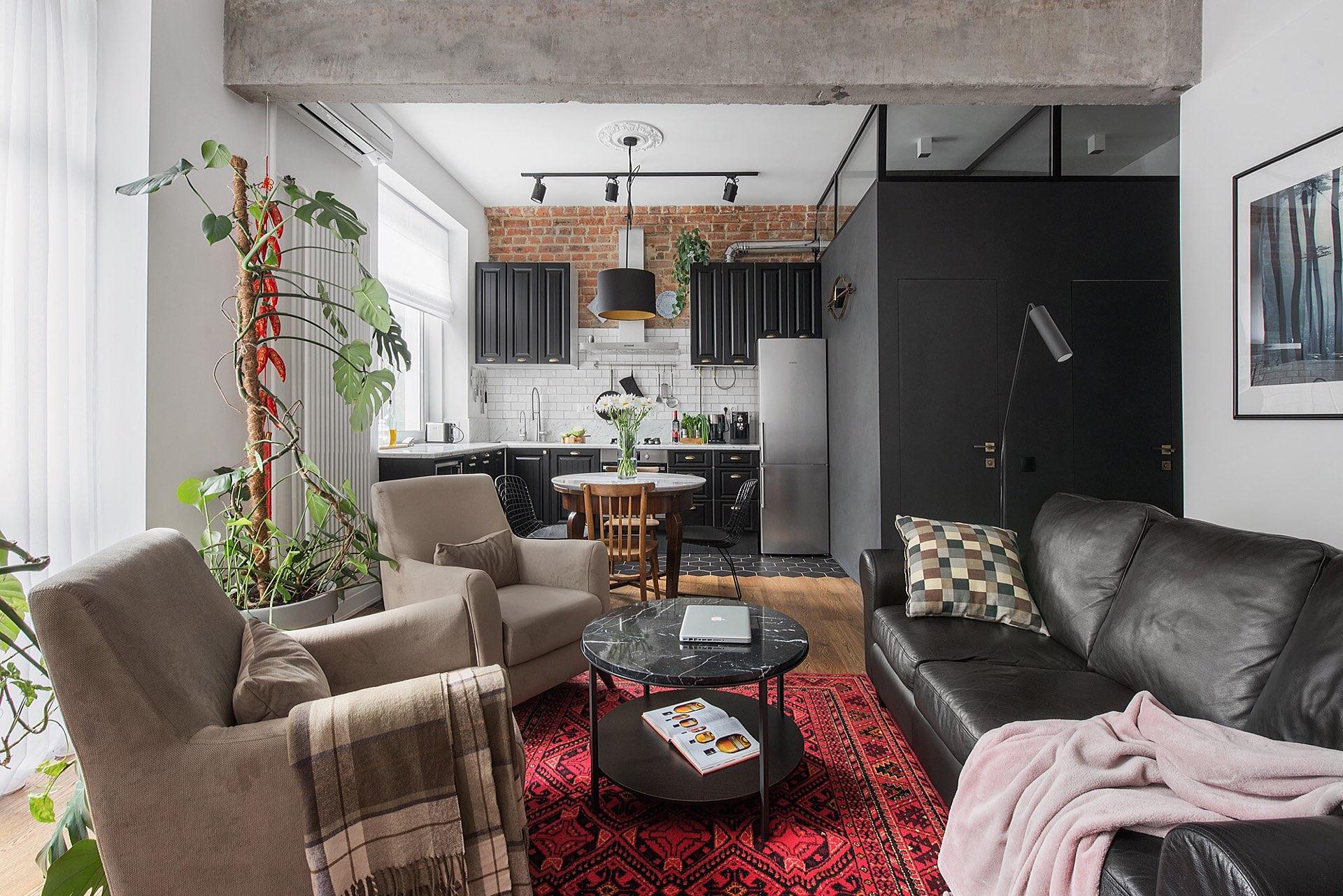 гостиная кухня кресла кожаный диван круглый столик