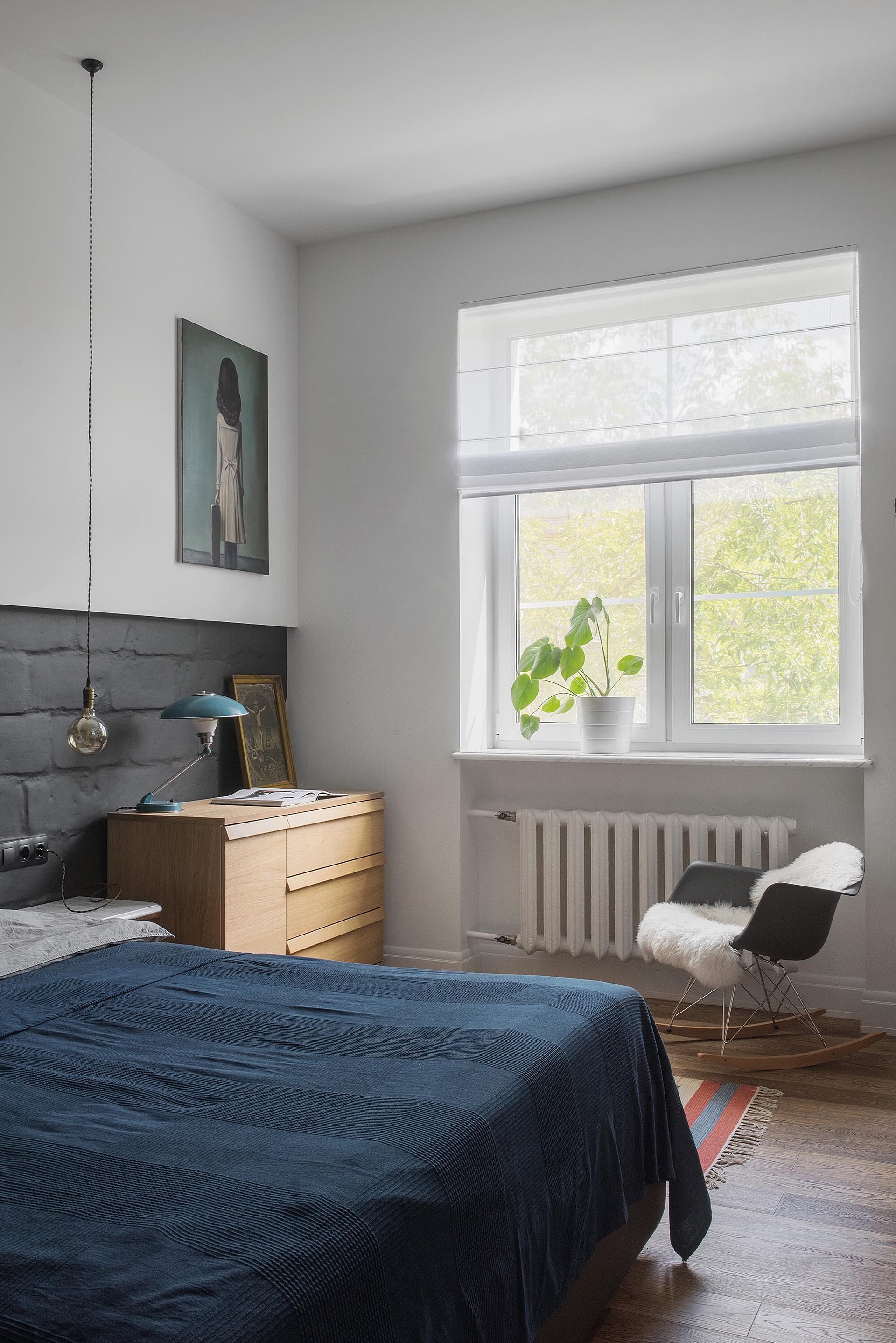 спальня окно радиатор белые стены серый камень