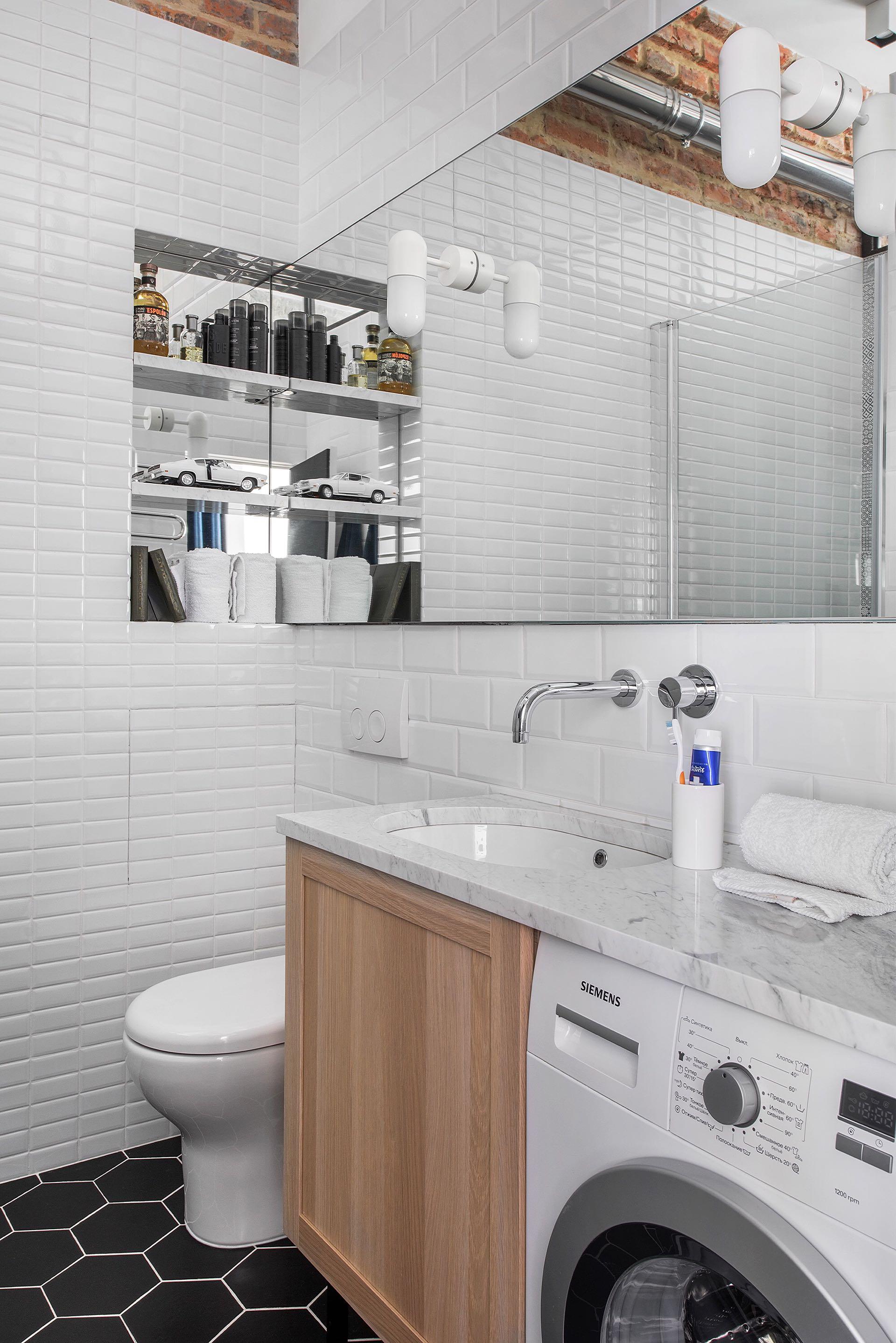 санузел белая плитка ниша полки зеркало столешница раковина встроенный смеситель комод стиральная машина