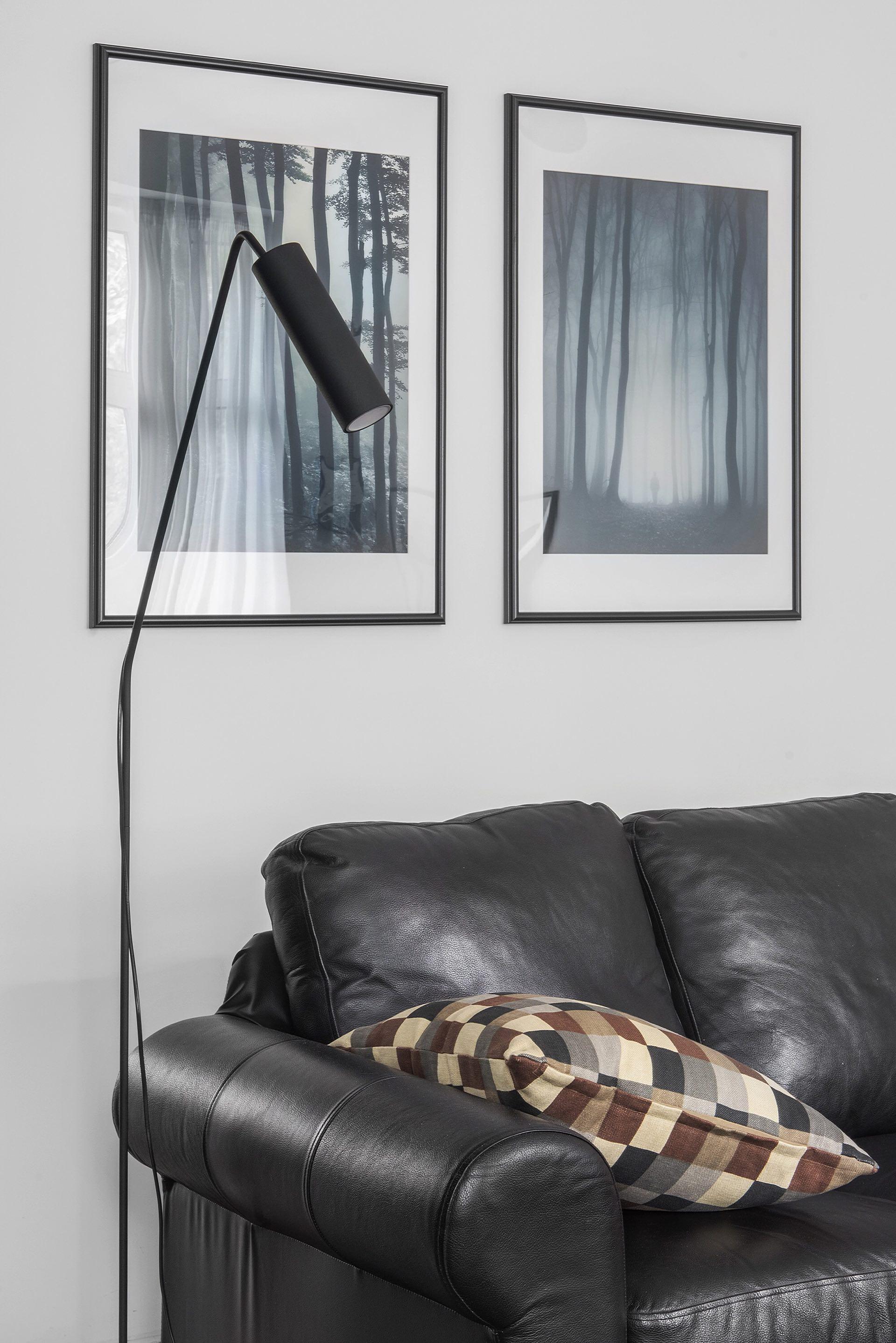 белые стены постер напольная лампа кожаный диван