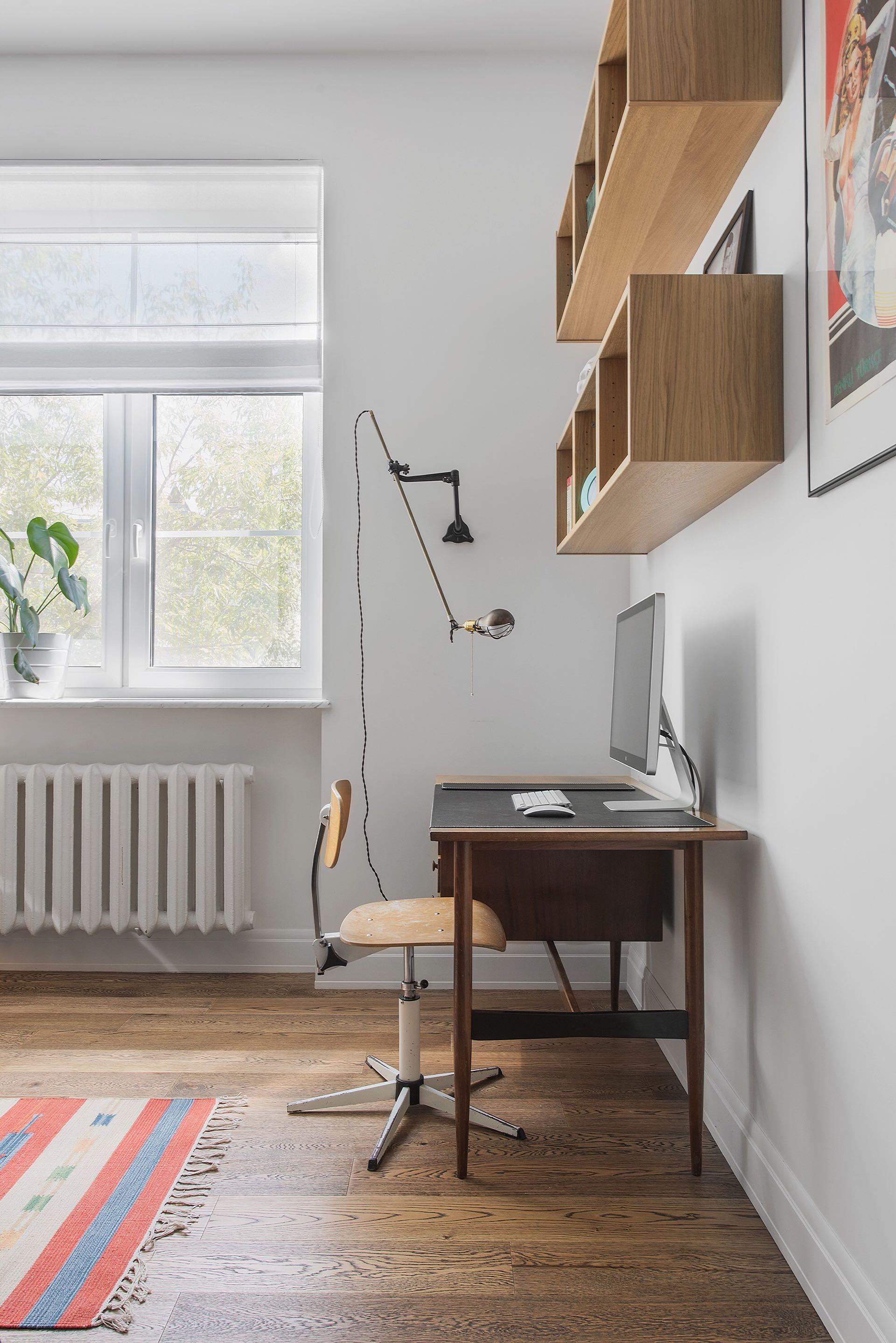 спальня рабочее место стол полки окно радиатор