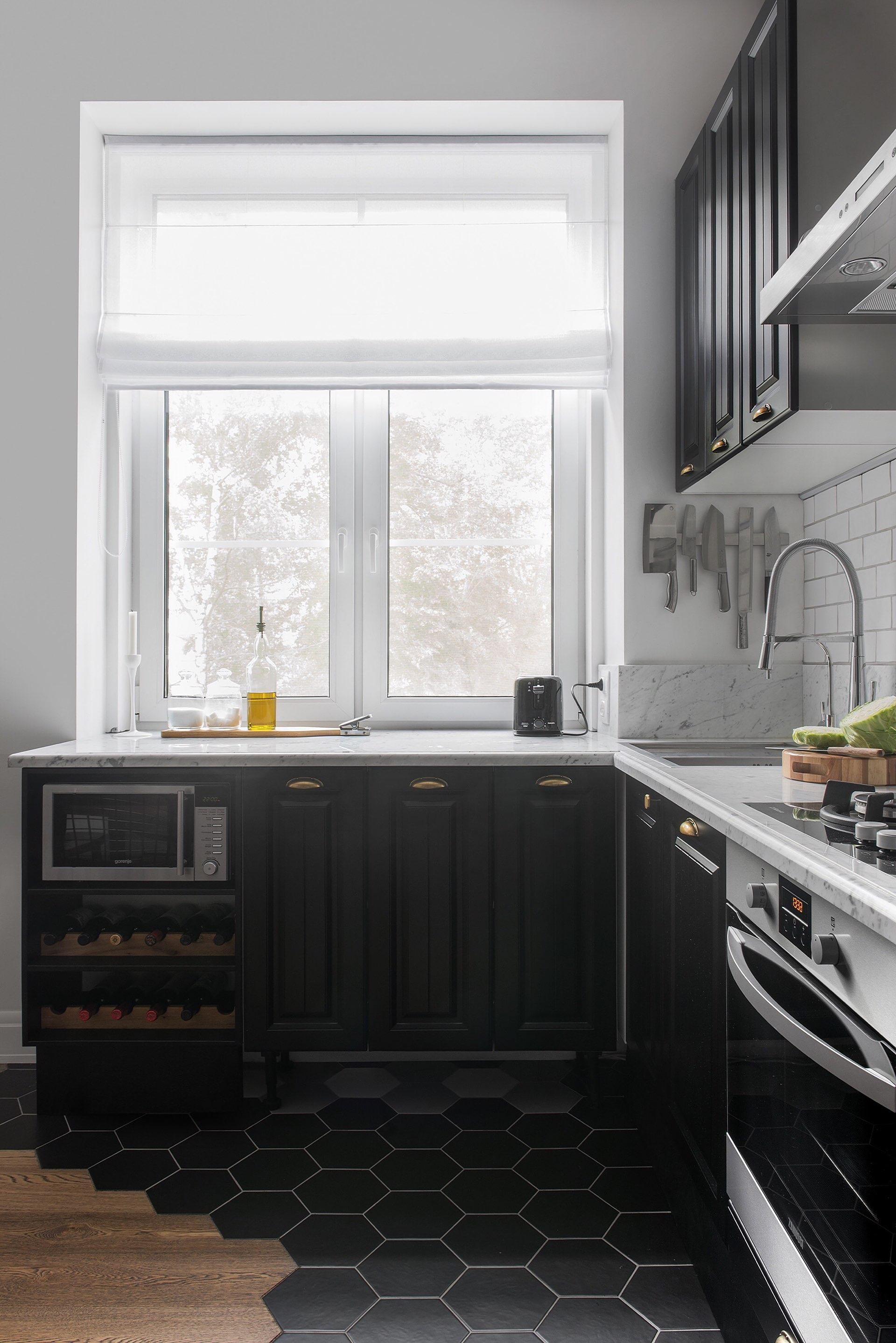 кухня окно столешница коричневые фасады филёнка винный шкаф