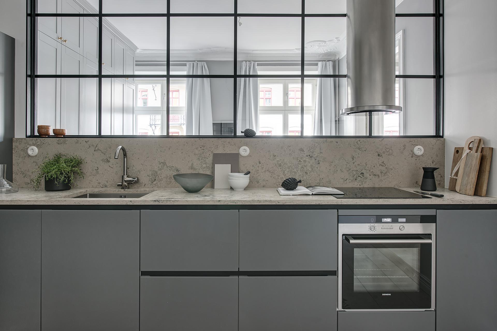 сварная стеклянная перегородка кухня мебель серые фасады бежевая столешница мрамор камень мойка смеситель варочная панель духовка круглая вытяжка