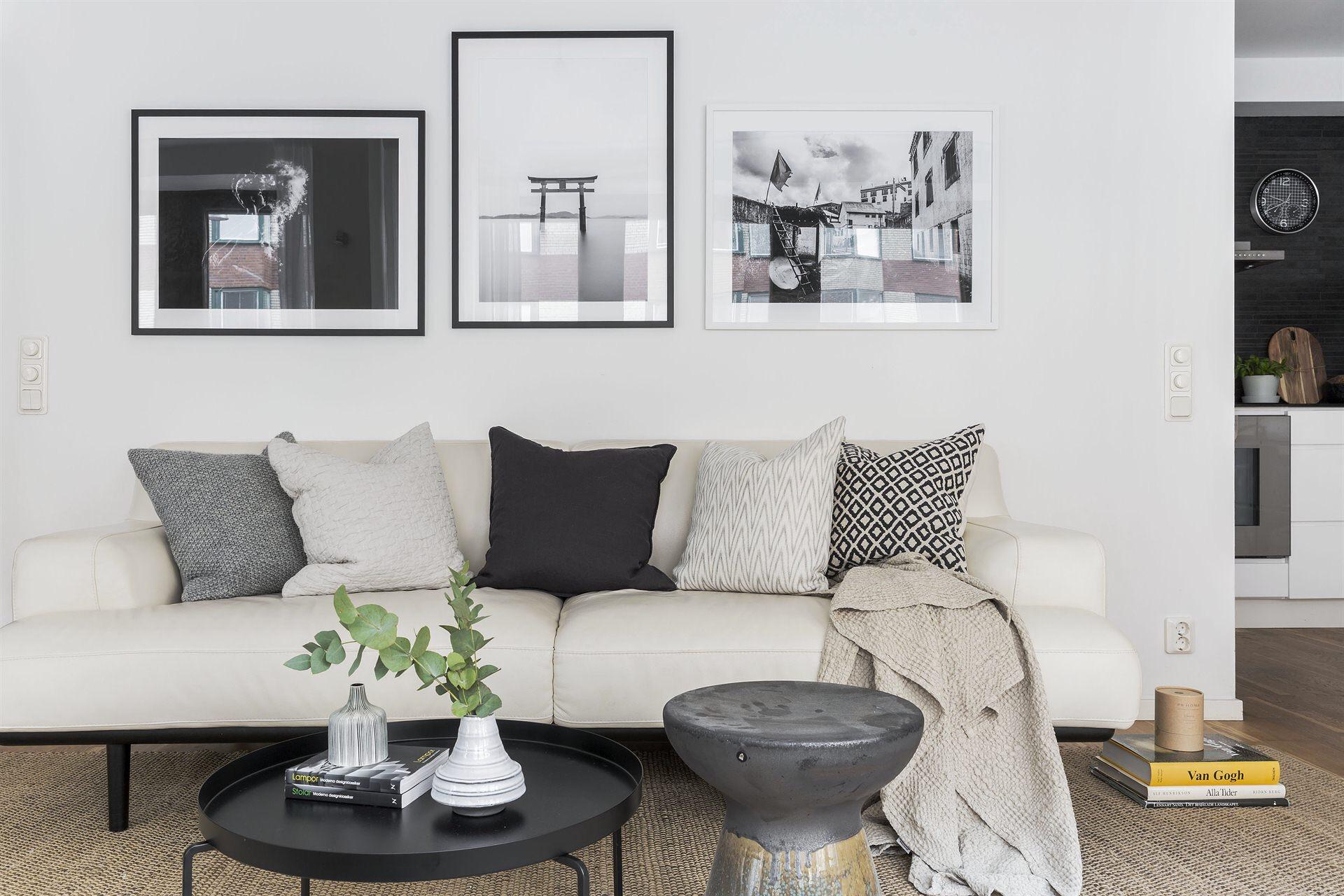 светлый диван подушки круглый столик табурет ковер циновка