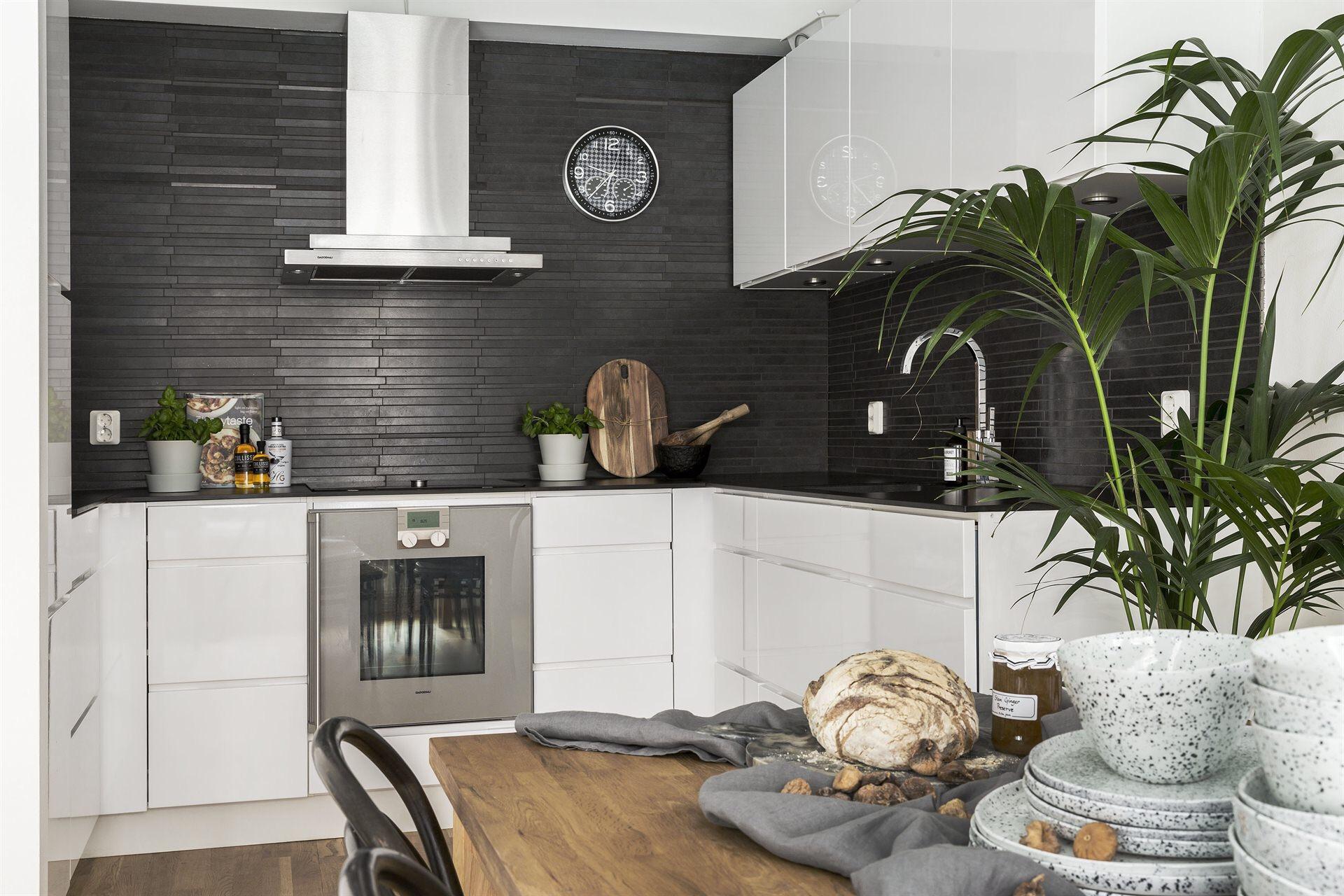 кухня белые гладкие фасады коричневый керамогранит плита вытяжка черная столешница мойка смеситель