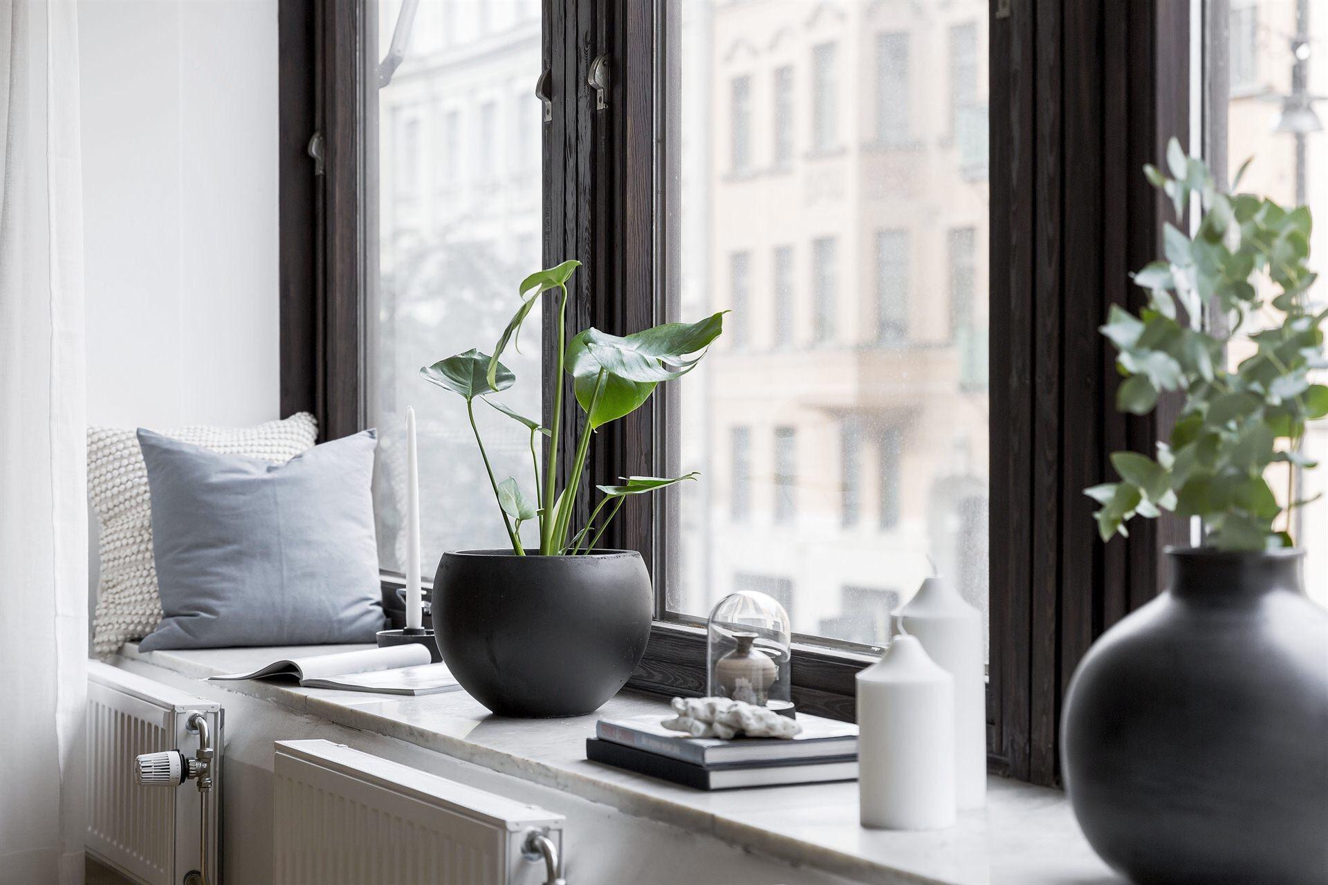окно темные рамы подоконник декор подушки радиатор отопления