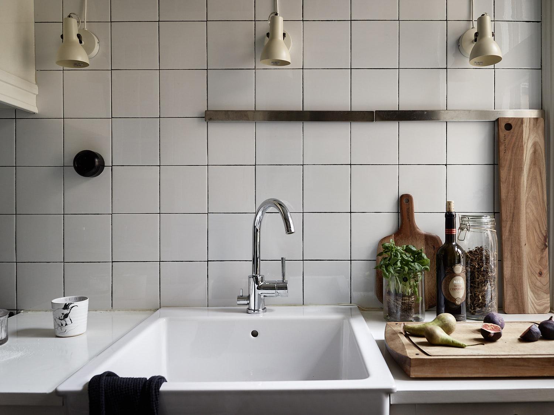 кухонная мойка смеситель подсветка квадратная плитка