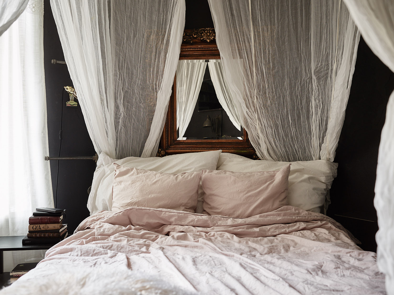 кровать изголовье зеркало резная рама текстиль подушки балдахин