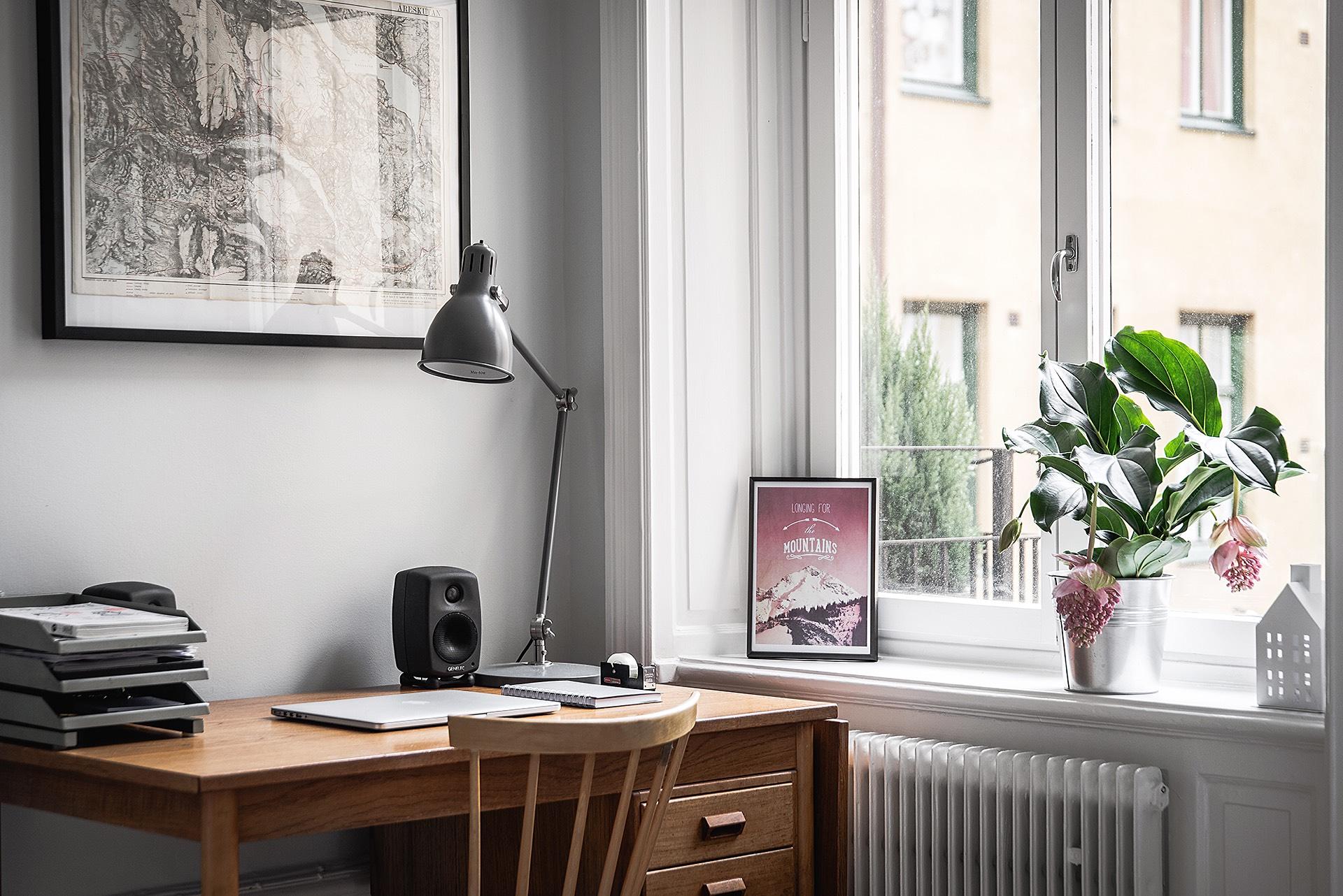 спальня окно откосы подоконник радиатор отопления рабочий стол лампа
