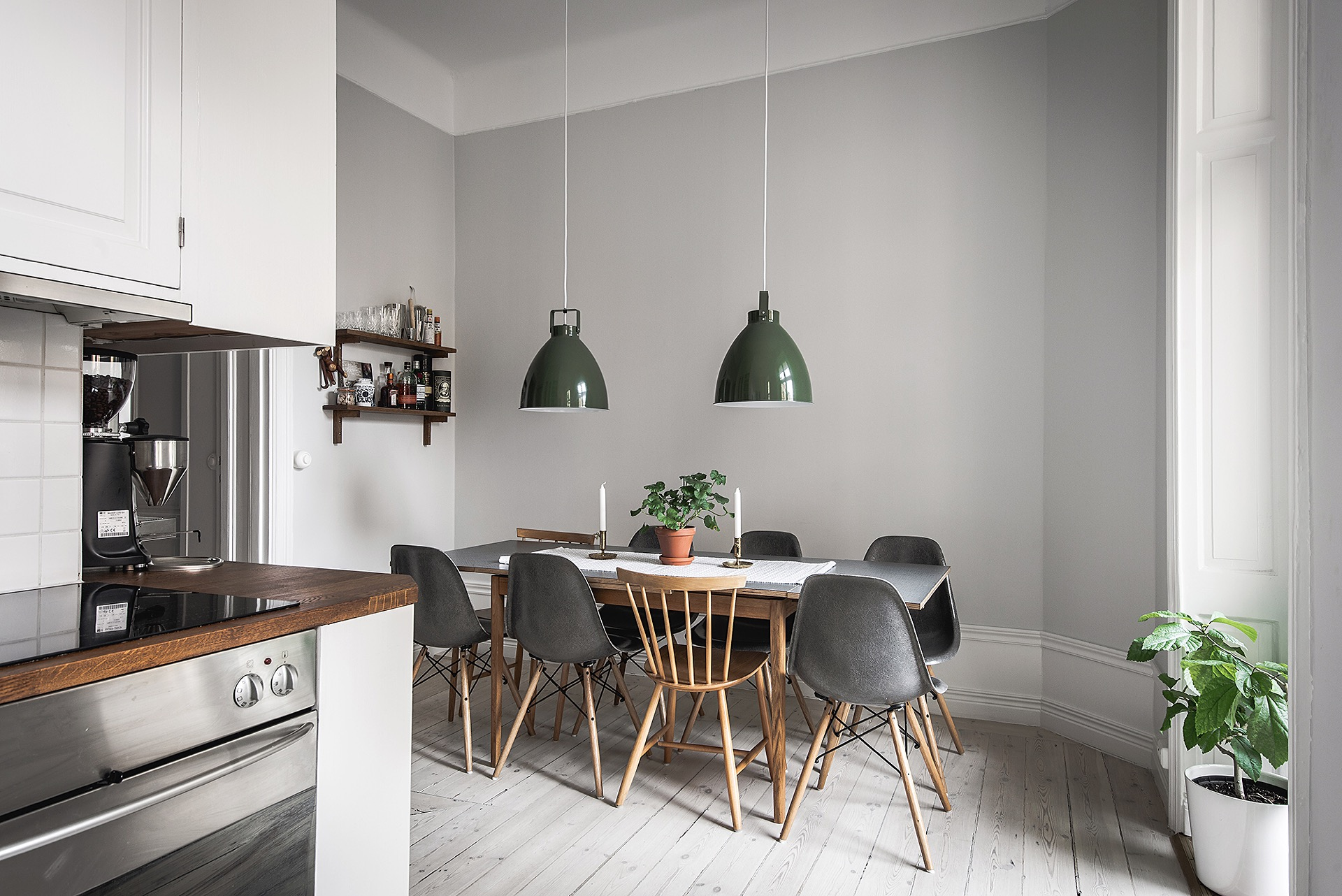 кухня серые стены лампа над столом обеденный стол стулья eames