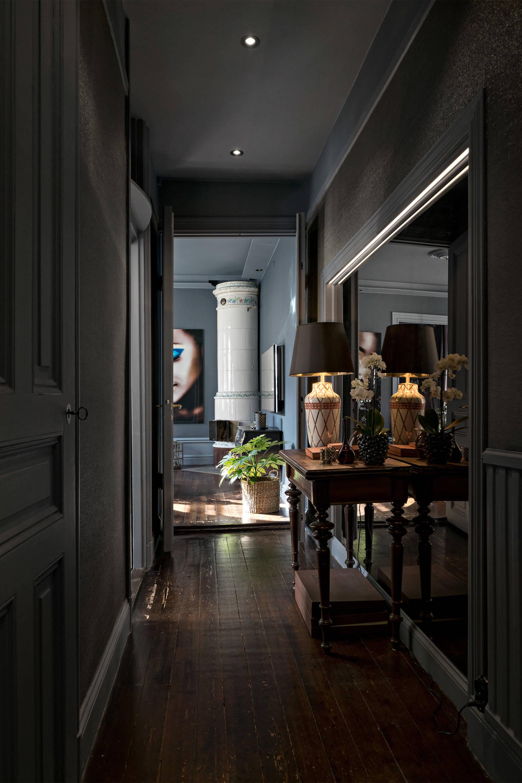 коридор консоль зеркало дверь коричневый деревянный пол