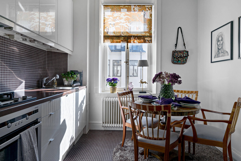 кухня окно римская штора круглый обеденный стол стулья