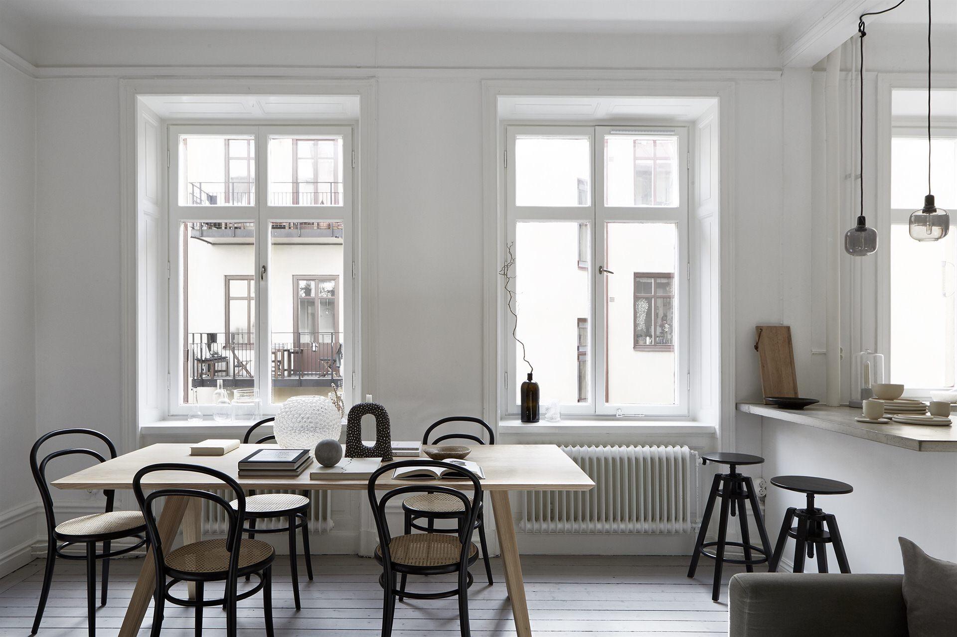 кухонный остров барные стулья обеденный стол стулья окно наличники