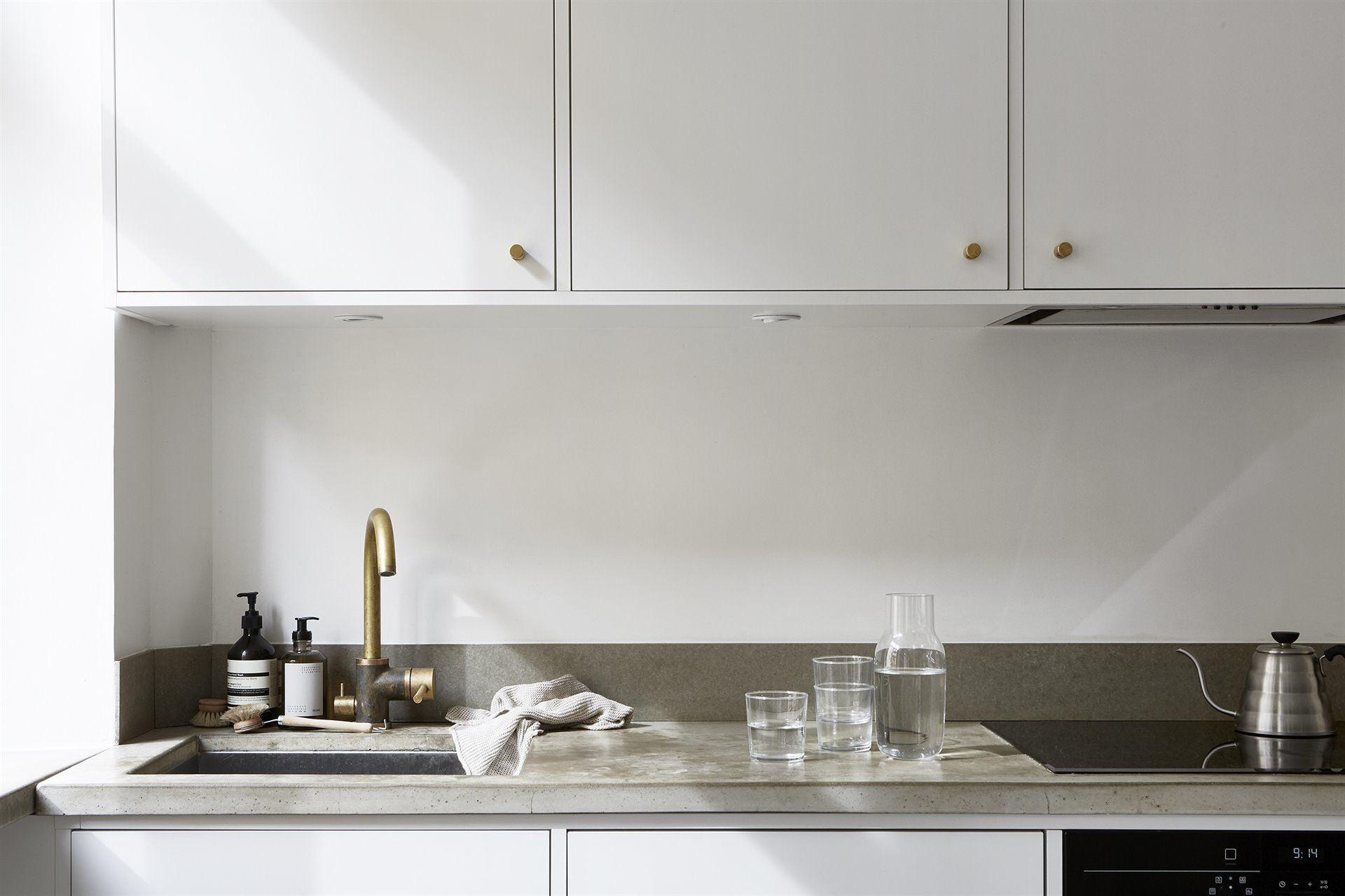 кухонная мебель бетонная столешница мойка смеситель варочная панель встроенная вытяжка