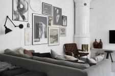 гостиная серый диван подушки кресло консоль телевизор печь стена картины постеры