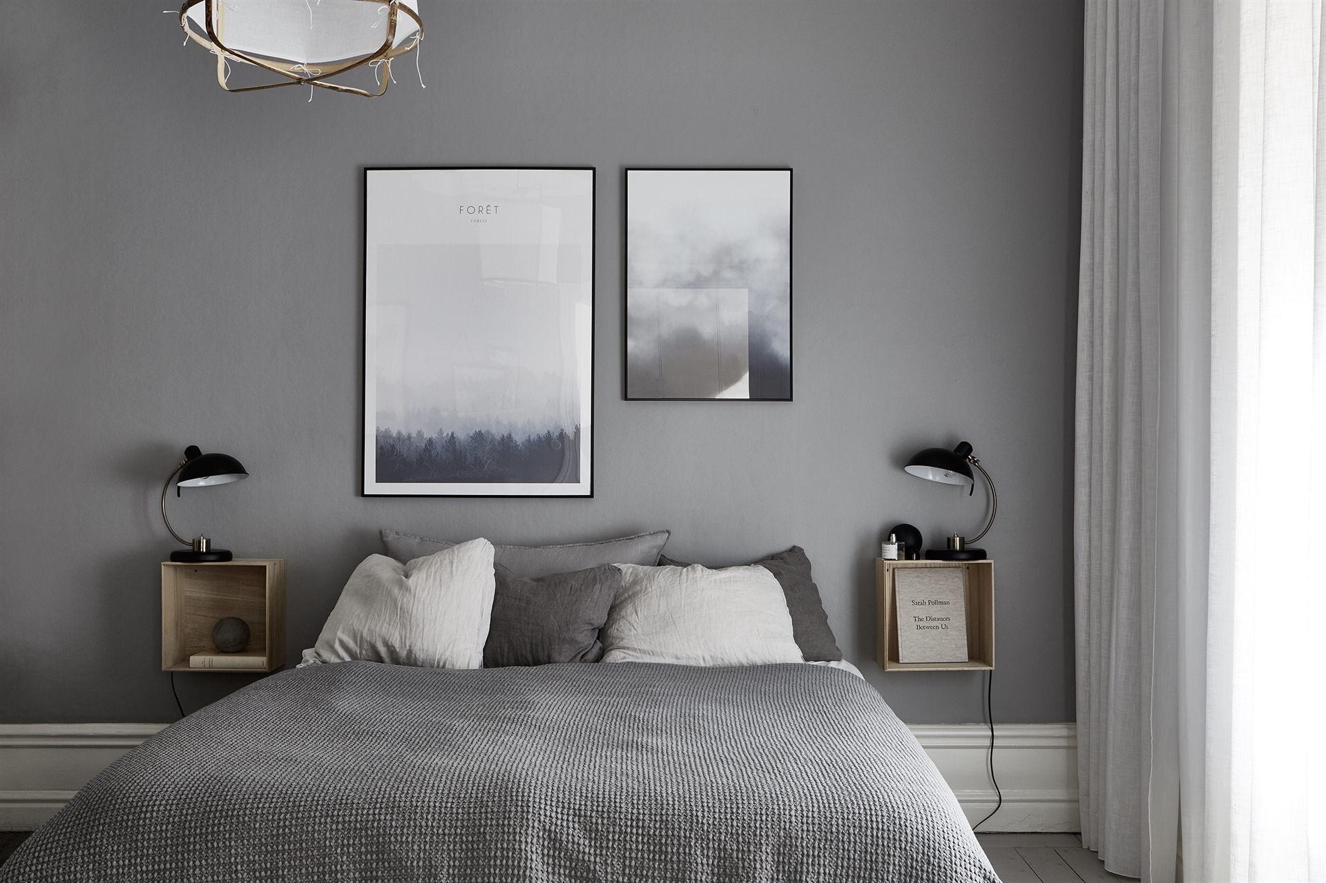спальня серые стены высокий белый плинтус кровать прикроватные полки лампы