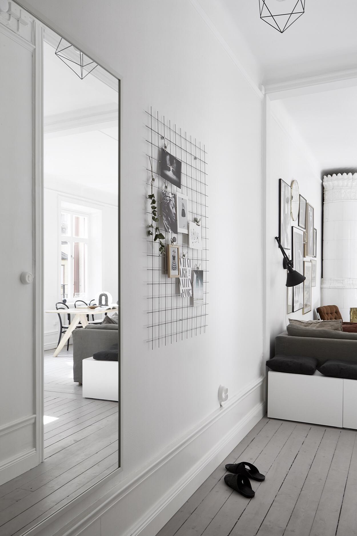 коридор половая доска белые стены зеркало