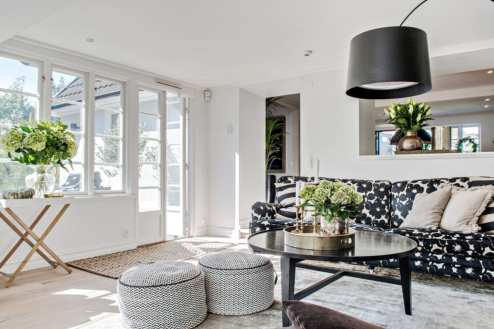 диван круглый столик пуф ваза цветы французские двери выход на террасу
