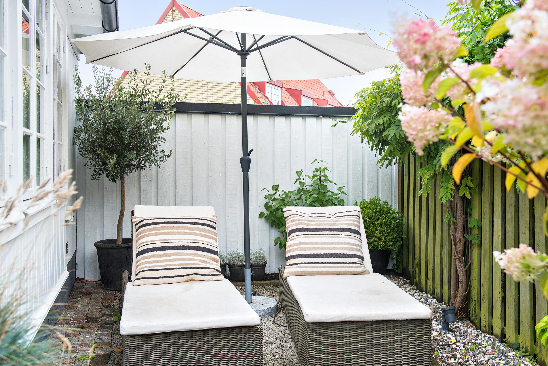 терраса зонт лежаки забор