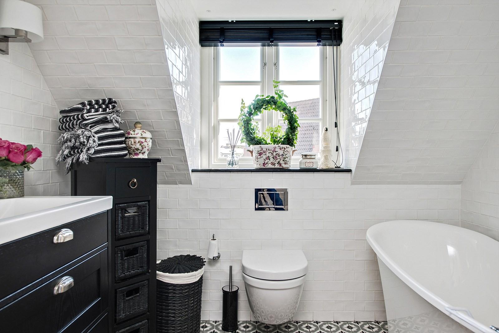 мансарда санузел ванная комната окно ванна раковина комод