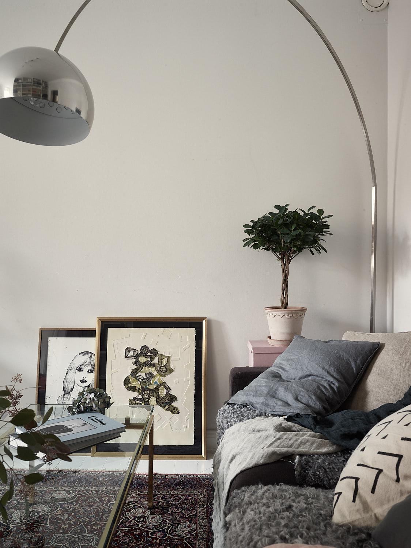 торшер диван подушки рамы постеры стеклянный журнальный стол