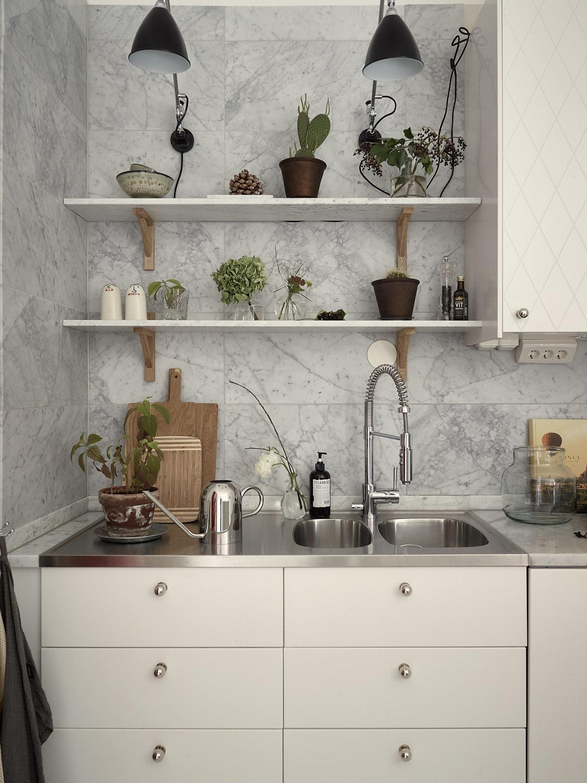 кухонная мебель белые гладкие фасады ящики мойка смеситель полки подсветка