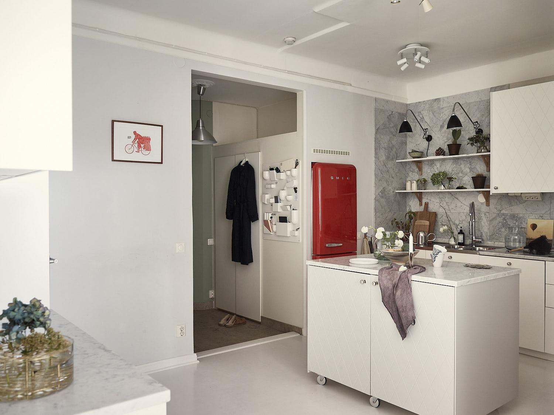 кухня прихожая ниша красный холодильник