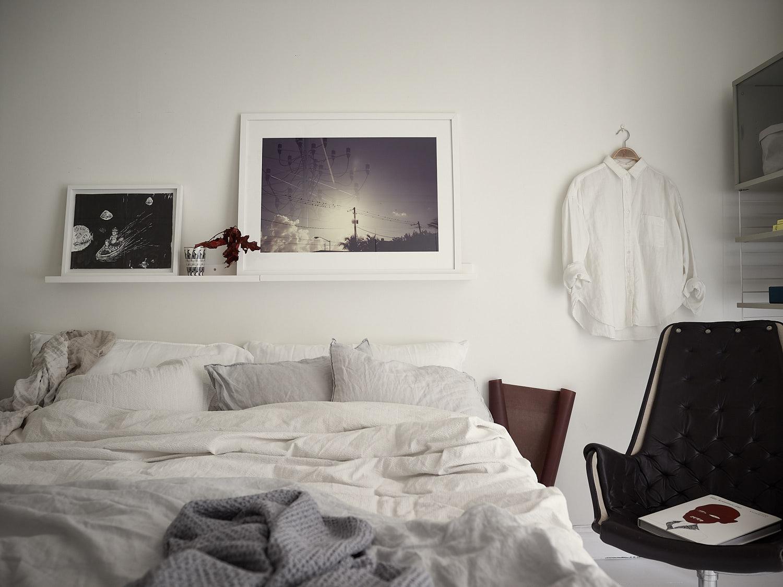 спальня белые стены кровать текстиль