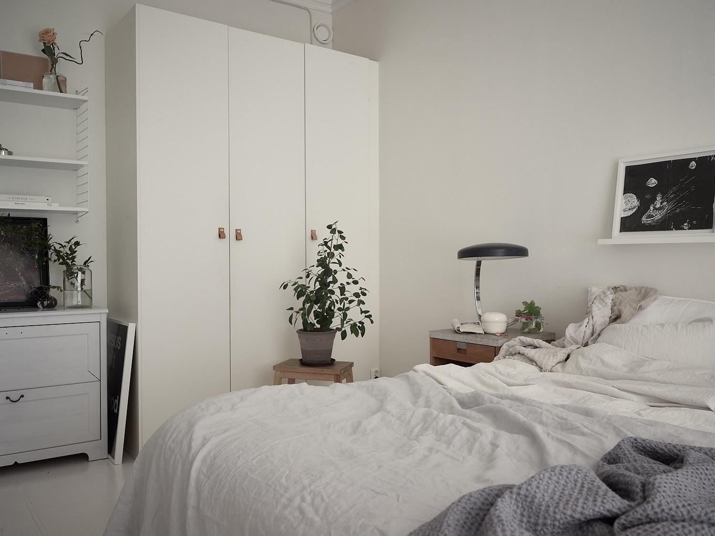 спальня кровать прикроватная тумба лампа табурет цветок комод шкаф