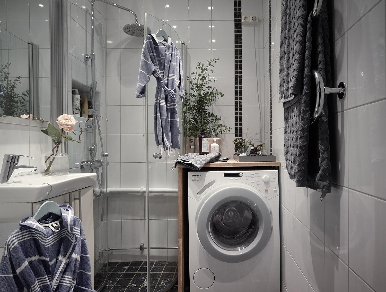 санузел плитка ниши душ трап стеклянная дверь раковина зеркало стиральная машина полотенцесушитель