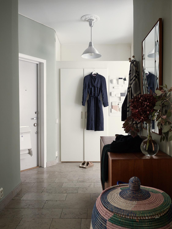 прихожая входная дверь одежда коридор шкаф напольная плитка комод зеркало корзина