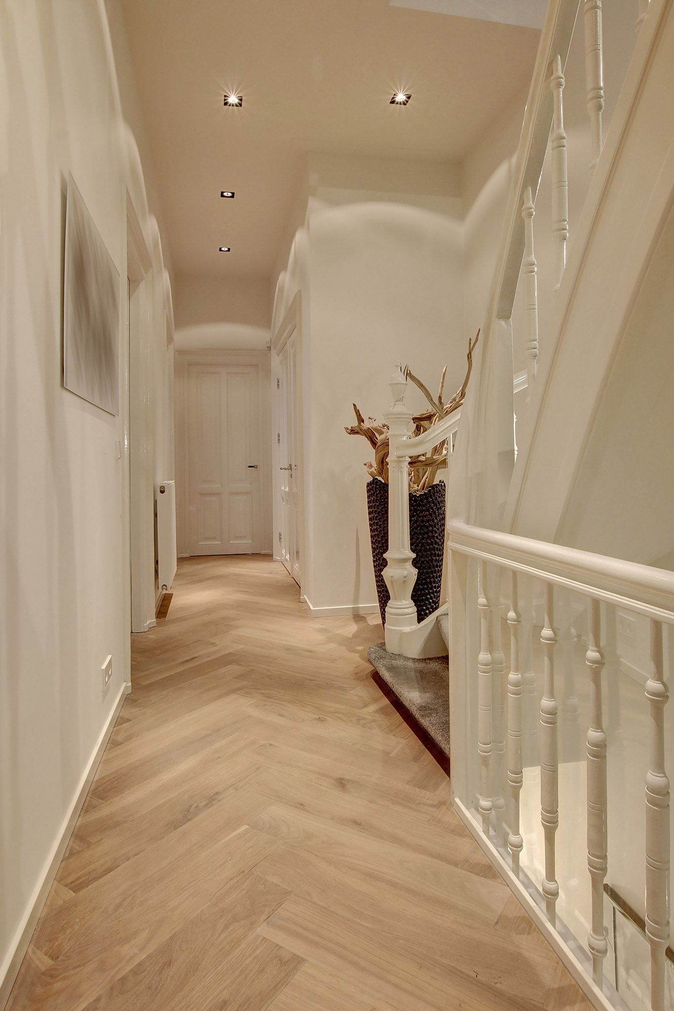 коридор паркет елочка лестница двери